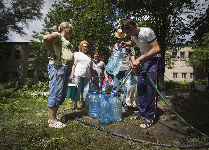 Residents collect water at a pumping station in the eastern Ukranian city of Slaviansk June 17, 2014. (Reuters / Shamil Zhumatov)