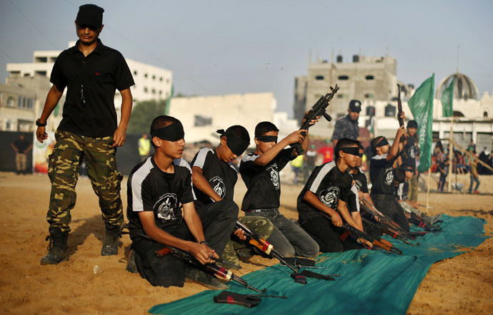 Blindfolded young Palestinians dismantle weapons during a military-style graduation ceremony at Fajer Al-Entesar (dawn of victory) summer camp, organised by the Hamas movement, in Gaza City June 19, 2014. (Reuters/Mohammed Salem)