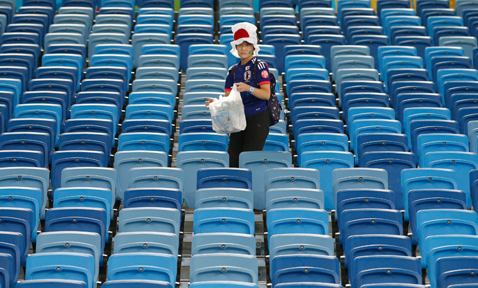 A Japanese fan cleans up the stadium after their 2014 World Cup Group C soccer match against Japan and Greece at the Dunas arena in Natal June 19, 2014. (Reuters / Toru Hanai)