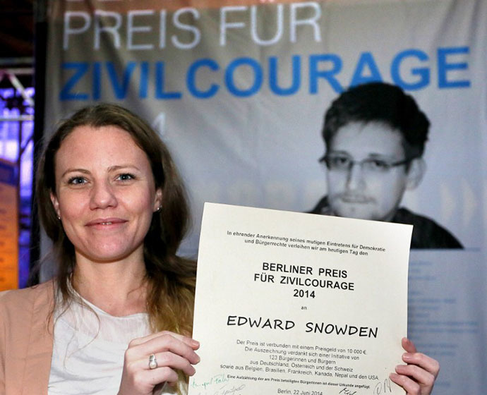 British journalist, Wikileaks supporter and confidante of US intelligence leaker Edward Snowden, Sarah Harrison, holds a certificate on the occassion of the awarding of Snowden with the Berlin Award for Moral Courage at the Wall Panorama in Berlin, June 22, 2014. (AFP Photo / Stephanie Pilick)