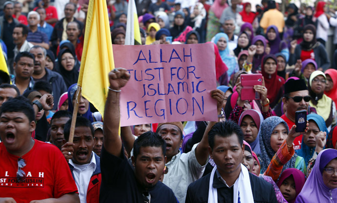 Muslim demonstrators chant slogans outside Malaysia's Court of Appeal in Putrajaya, outside Kuala Lumpur, March 5, 2014. (Reuters/Samsul Said)