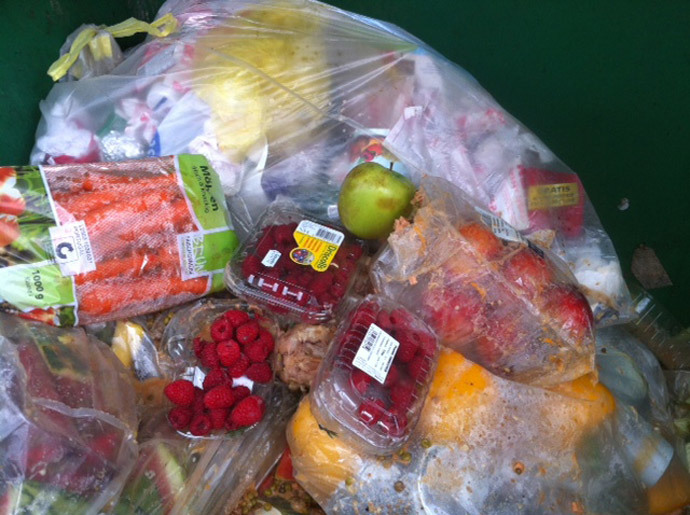 Food found in the trash cans of supermarkets (image from http://lafaimdumonde2014.com)