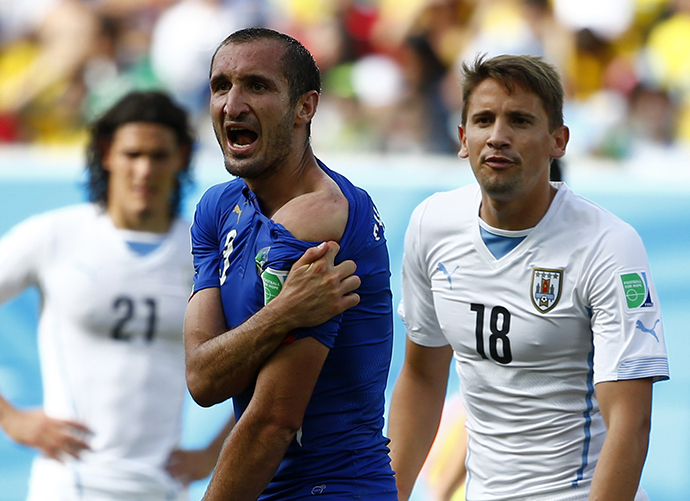 Italy's Giorgio Chiellini shows his shoulder, claiming he was bitten by Uruguay's Luis Suarez, during their 2014 World Cup Group D soccer match at the Dunas arena in Natal June 24, 2014. (Reuters /Tony Gentile)