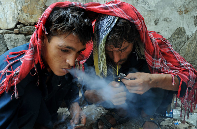 Afghan addicts smoke heroin in the city of Jalalabad (AFP Photo / Noorullah Shirzada)