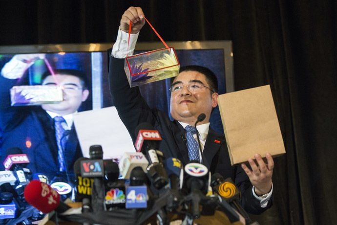Chinese millionaire Chen Guangbiao performs magic tricks during a lunch he sponsored for hundreds of needy New Yorkers at Loeb Boathouse in New York's Central Park June 25, 2014. (Reutrets/Lucas Jackson)