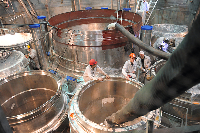 Assembling a reactor in the 'clean area' of the BN-800 power unit at the Beloyarskaya NPP (RIA Novosti / Pavel Lisitsyn)