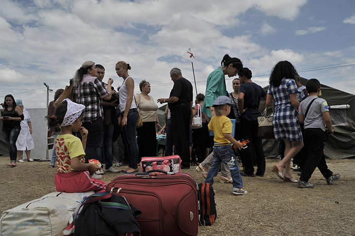 Eastern Ukraine's residents crowd at a temporary facility for Ukrainian refugees in the southern Russian Rostov region on June 21, 2014 (AFP Photo / Andrey Kronberg)