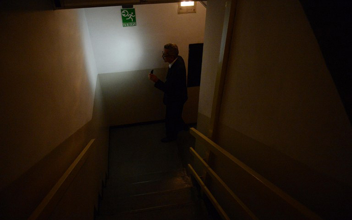 Residents use the stairs in a building during a power cut in Caracas, on June 27, 2014. (AFP Photo / Leo Ramirez)
