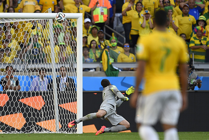 Brazil's goalkeeper Julio Cesar (back) looks at the ball as it hits the bar during the round of 16 football match between Brazil and Chile at The Mineirao Stadium in Belo Horizonte during the 2014 FIFA World Cup on June 28, 2014. (AFP Photo / Fabrice Coffrini)