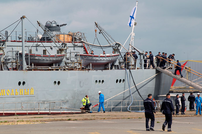 Russian sailors walk near their Russian navy frigate Smolny at the Saint-Nazaire STX Les Chantiers de l'Atlantique shipyard in western France, June 30, 2014.(Reuters / Julie Louise)