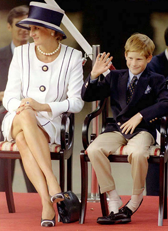 ARCHIVE PHOTO: Princess Diana (L) and her son Harry. 19 August, 1995 (AFP Photo)