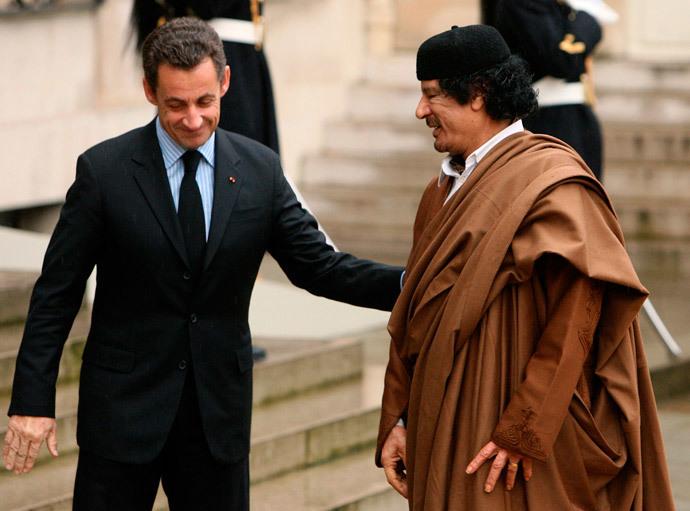 Nicolas Sarkozy (L) Muammar Gaddafi.(Reuters / Jacky Naegelen)