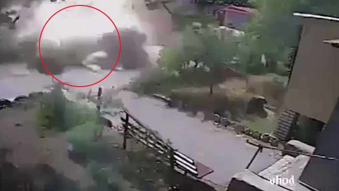 Heavy shell strike caught on street camera in Ukraine (VIDEO)
