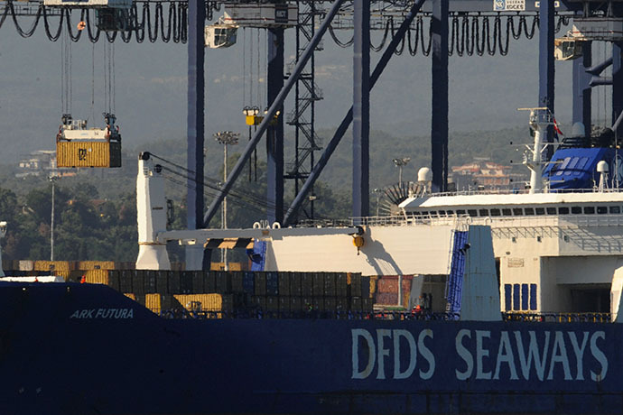 A crane transfers containers of Syrian chemical weapons from a Danish freighter to a US military ship ahead of their destruction at sea on July 2, 2014 in the port of Gioia Tauro, southern Italy. (AFP Photo / Mario Laporta)