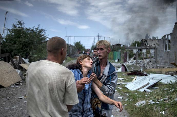 Local residents in the village of Luganskaya after the Ukrainian armed forces' air attack on July 2, 2014 (RIA Novosti/Valeriy Melnikov)