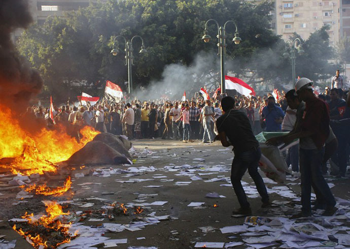Opponents of Egyptian President Mohamed Morsi burn the content of a Freedom and Justice Party office in the coastal city of Alexandria on June 28, 2013. (AFP Photo)