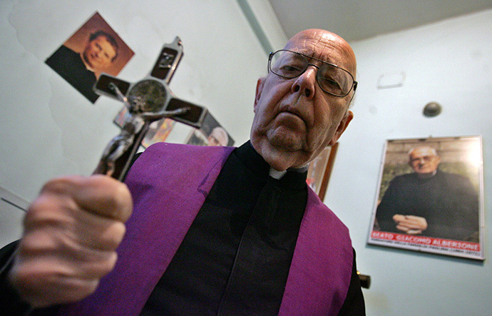 Don Gabriele Amorth, exorcist in the diocese of Rome and the president of honour of the Association of Exorcists poses (AFP Photo / Giulio Napolitano)