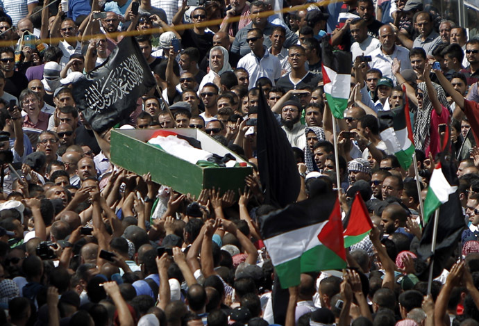 Thousands of mourners gather for the funeral of Mohammed Abu Khder, 16, carry his body to the mosque during his funerals in Shuafat, in israeli annexed East Jerusalem on July 4, 2014. (AFP Photo)