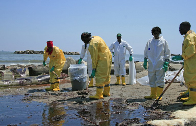 A BP cleanup crew shovels oil from a beach on May 24, 2010 at Port Fourchon, Louisiana. (AFP Photo / Stephane Jourdain)