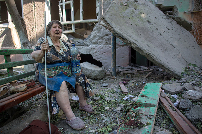 Resident of a building destroyed by an artillery bombardment of Slavyansk by Ukrainian servicemen. (RIA Novosti / Andrey Stenin)