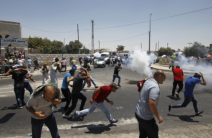Palestinian protesters run away from tear gas fired by Israeli soldiers during clashes after Friday prayers in the Arab east Jerusalem neighbourhood of Ras al-Amud July 4, 2014. (Reuters / Ammar Awad)