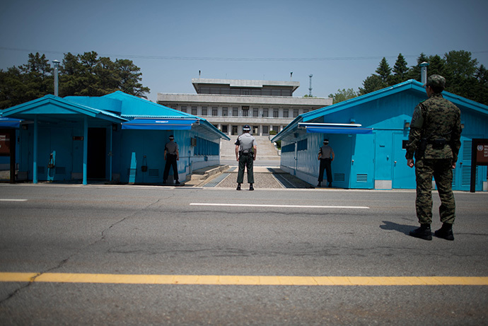 Sout Korean soldiers face the North korean side of the truce village of Panmunjom in the Demilitarized Zone (DMZ) between North and South Korea (AFP Photo / Ed Jones)