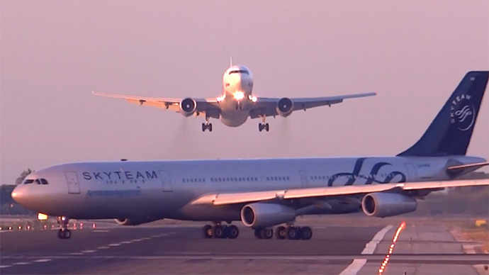 Nerve-wracking near miss: 2 planes almost collide at Barcelona Airport (VIDEO)