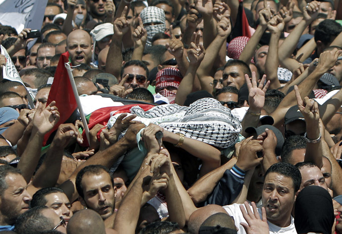 Relatives and friends of Mohammed Abu Khder, 16, carry his body to the mosque during his funerals in Shuafat, in israeli annexed East Jerusalem on July 4, 2014. (AFP Photo)