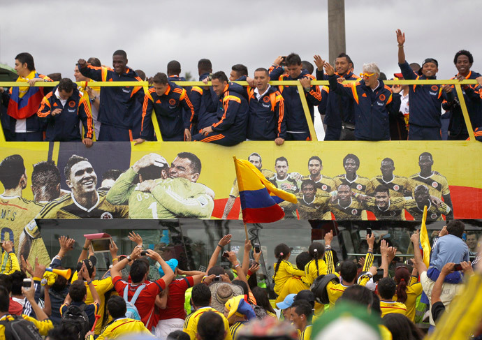 Colombia's national soccer team players, with their coach Jose Pekerman (in coloured glasses) of Argentina, are greeted by fans, at their arrival in Bogota July 6, 2014.(Reuters / Jose Miguel Gomez )