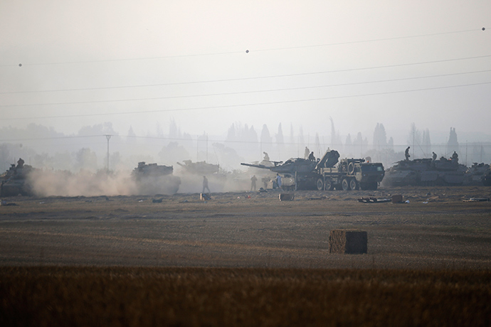 Israeli army tanks are seen outside the central Gaza Strip July 8, 2014 (Reuters / Baz Ratner)
