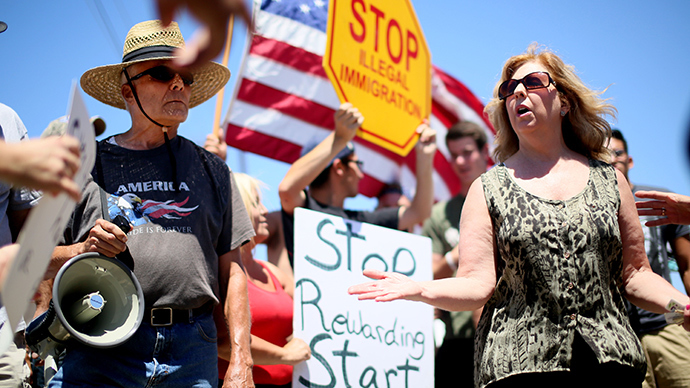 Pro- and anti-immigration protesters in tense standoff in Murrieta (PHOTOS, VIDEO)