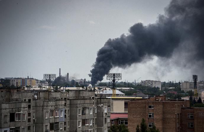 The town of Lugansk during an artillery attack. (RIA Novosti/Valeriy Melnikov)