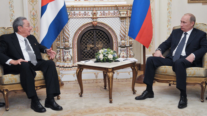 Russia's President Vladimir Putin (R) speaks with visiting Cuban leader Raul Castro.(AFP Photo / Alexei Nikolsky)