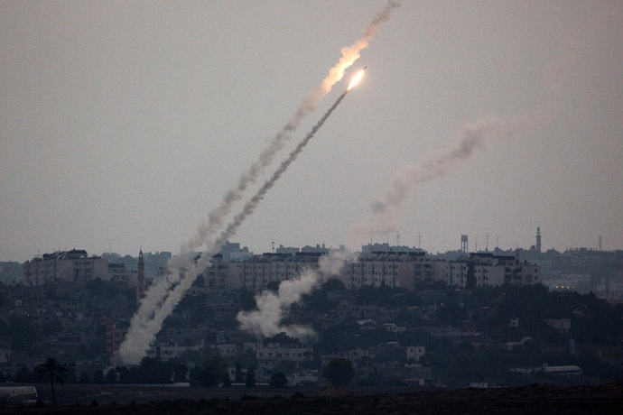 A picture taken from the southern Israeli Gaza border shows a rocket being launched from the Gaza strip into Israel, on July 11, 2014. (AFP Photo)