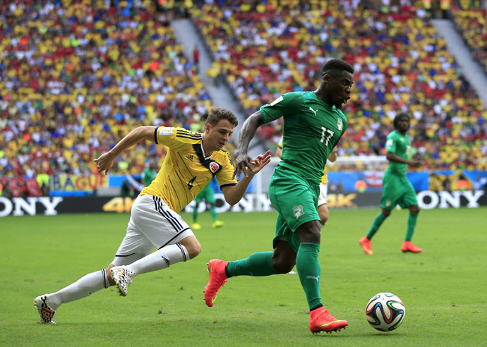 Colombia's defender Santiago Arias (L) challenges Ivory Coast's defender Serge Aurier during the Group C football match between Colombia and Ivory Coast at the Mane Garrincha National Stadium in Brasilia during the 2014 FIFA World Cup on June 19, 2014. (AFP Photo/Adrian Dennis)