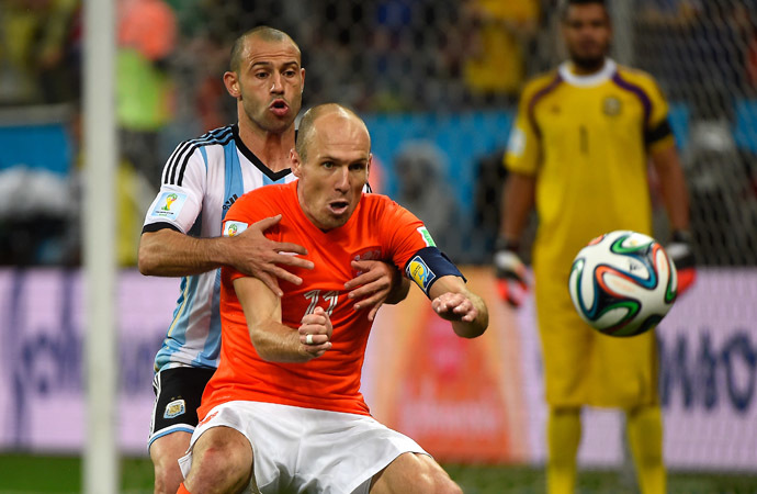 Netherlands' forward Arjen Robben (C) is tackled by Argentina's midfielder Javier Mascherano during the semi-final football match between Netherlands and Argentina of the FIFA World Cup at The Corinthians Arena in Sao Paulo on July 9, 2014. (AFP Photo/Pedro Ugarte)
