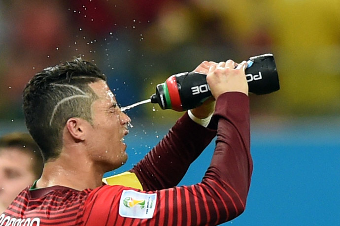 Portugal's forward Cristiano Ronaldo cools himself during a break in the first half in a Group G match between USA and Portugal at the Amazonia Arena in Manaus during the 2014 FIFA World Cup on June 22, 2014 (AFP Photo)