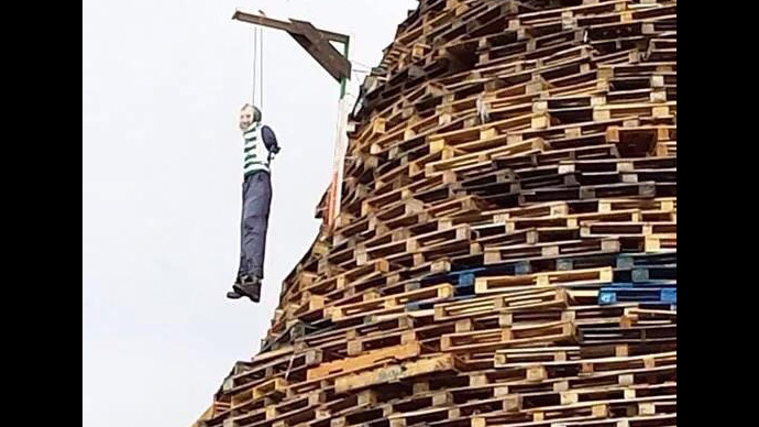 Gerry Adams effigy hangs from loyalist bonfire in N. Ireland (PHOTOS)