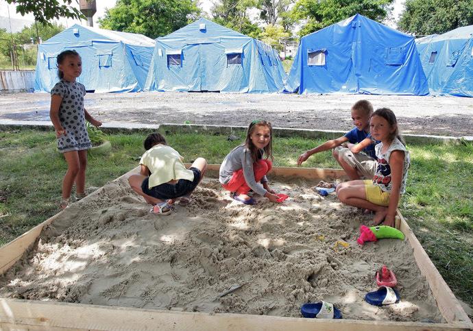 Children of refugee families from Slavyansk and Kramatorsk at the EMERCOM tent camp and military barracks in the village of Mazanka, Simferopol district. (RIA Novosti/Taras Litvinenko)