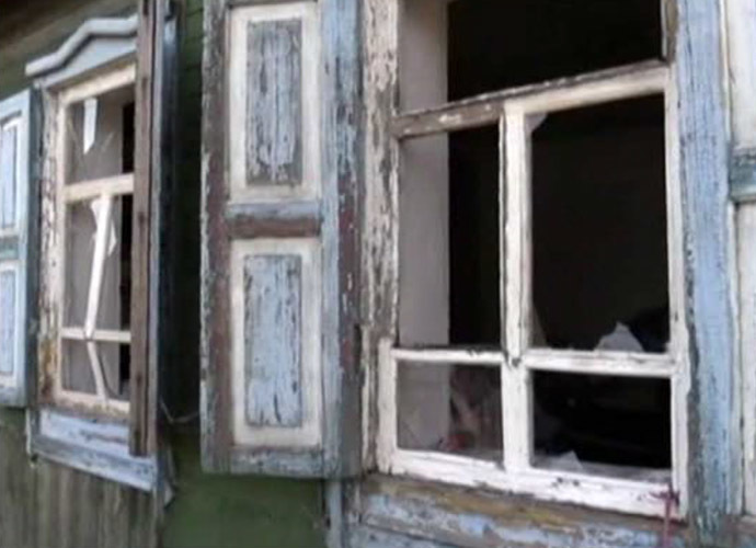 An artillery shell from Ukraine smashed out the windows of a private house in southern Russia on July 13 (Still from Lifenews channel video)