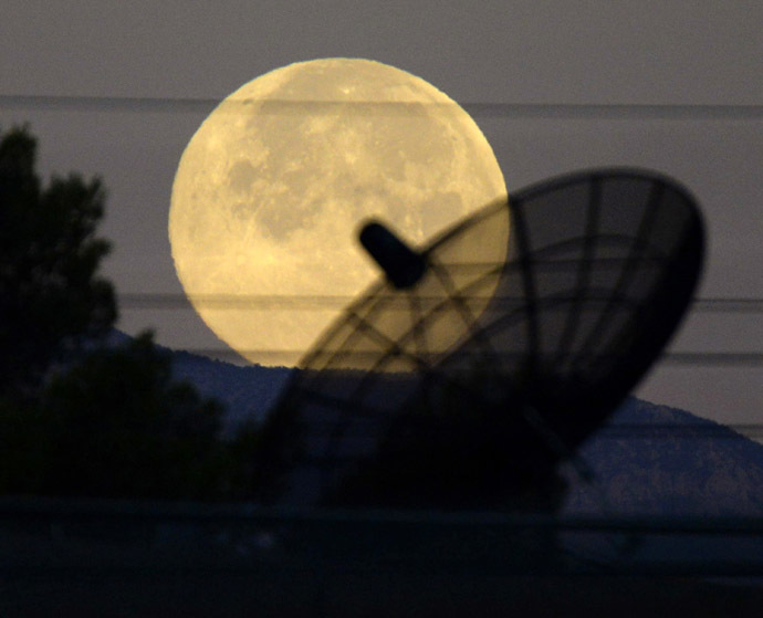 """full moon, known as """"super moon"""", sets towards the western skies of Las Vegas, Nevada early Saturday morning July 12, 2014. (Reuters/Gene Blevins)"""