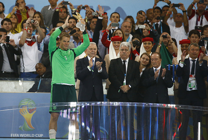 Germany's goalkeeper Manuel Neuer (L) holds the Golden Glove trophy after winning their 2014 World Cup final against Argentina at the Maracana stadium in Rio de Janeiro July 13, 2014. (Reuters / Kai Pfaffenbach)