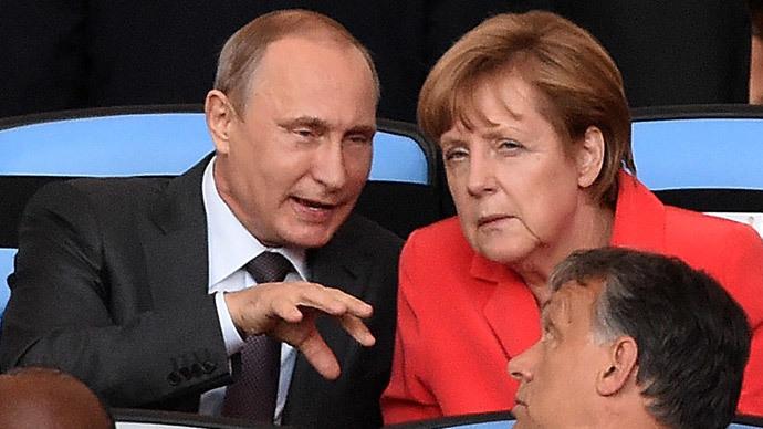 German Chancellor Angela Merkel (R) and Russian President Vladimir Putin chat at the Maracana Stadium in Rio de Janeiro on July 13, 2014.(AFP Photo / Pedro Ugarte)