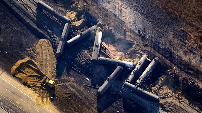 Investigators survey the site of a train derailment near the hamlet of Gainford, west of Edmonton October 20, 2013. (Reuters / Dan Riedlhuber)