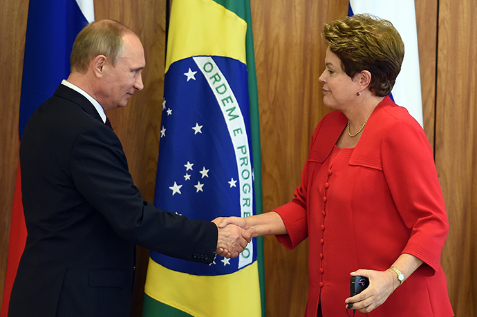 Russian President Vladimir Putin (L) and Brazilian President Dilma Rousseff shake hands during a meeting at Planalto Palace in Brasilia on July 14, 2014 (AFP Photo)