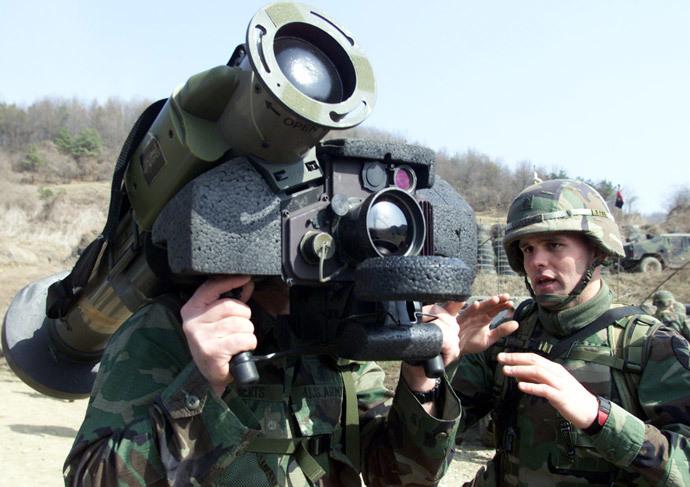 A U.S. soldier explains the Javelin anti-tank missle (Reuters / Lee Jae-Won)