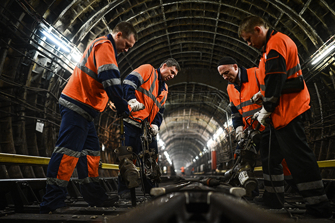 Rail track workers perform routine maintenance in one of the Moscow metro tunnels (RIA Novosti / Vladimir Astapkovich)
