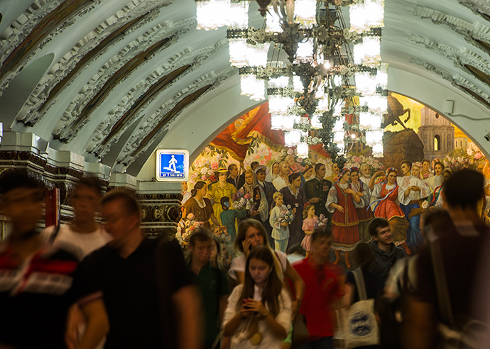 "Passengers in the Kievskaya metro station foyer, where the panel ""Folk festival in Kiev"" was unveiled after restoration (RIA Novosti / Alexander Vilf)"