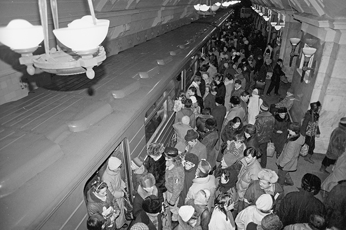 Passengers of the Moscow Metro during the rush hour. 1992 (RIA Novosti / Oleg Lastochkin)