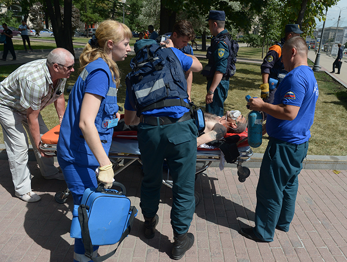 Medical personnel treat metro train passenger who was injured after a metro railcar was derailed between the Park Pobedy and Slavyansky Boulevard stations (RIA Novosti / Evgeny Biyatov)